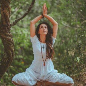 beautiful woman freedom meditating 21210651 e1562476121687 Qigong