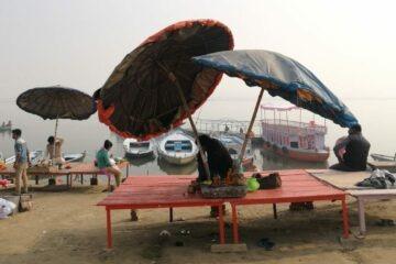 Varanasi, Ghat, Sonnenschirm